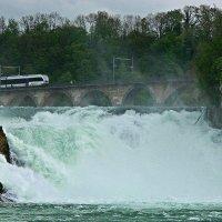 на поезде над водопадом :: Александр Корчемный