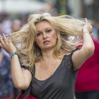 Поправляя причёску на ветру :: Александр Степовой