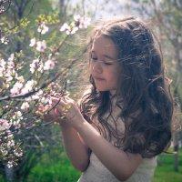 Юля в саду :: Катерина Дмитриева