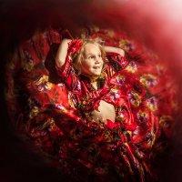 Девочка танцующая цыганский танец :: Олег Дроздов