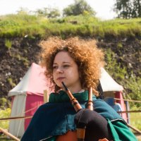 Средневековая музыка-девушка играющая на волынке :: Алексей Корнеев