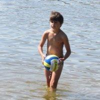 Мячик, мальчик и вода :: Дмитрий Никитин