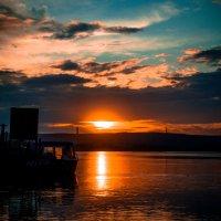 Закат на берегу реки :: Артем