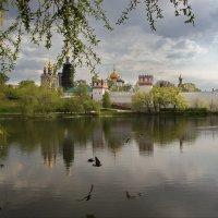 Весна на монастырском пруду :: Юрий Кольцов
