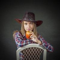 С яблоком :: Виктория Гавриленко