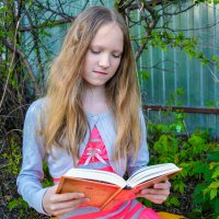 Читает книгу в кустах :: Света Кондрашова