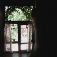 У окна... :: Павел Зюзин