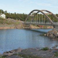 Мост через пролив, ведущий на соседний остров Прястё. В проливе плавают лебеди :: Елена Павлова (Смолова)