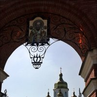 Вход в церковный двор :: Нина Корешкова