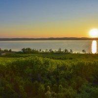 Утро над озером :: юрий Амосов