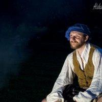 молодой человек у костра в шотландской одежде :: Aleksandr Zabolotnyi