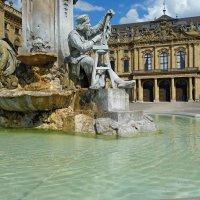 Перед дворцом на площади стоит фонтан «Франкония».. :: Galina Dzubina