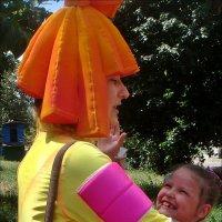 Детский восторг от встречи с клоунессой :: Нина Корешкова