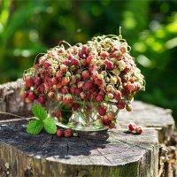 Букет клубники в летнем саду :: Ирина Лепнёва