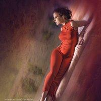 девушка в красном :: Евгений Иванов