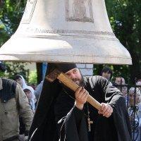 Отец Даниил проверяет звучание колокола... :: Александр Широнин