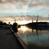 Морской канал в лучах заката. :: Natali
