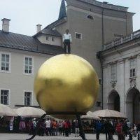 Человек на шаре (Зальцбург) :: татьяна