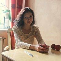 Девушка с персиками :: Оксана Яремчук