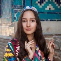 Красивая девушка в Самарканде,в национальной одежде :: Bilal Kadirov
