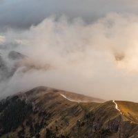 Утро в горах с облаками и палатками :: Александр Плеханов