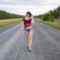 девушка брюнетка идет по дороге :: Олеся Ханина