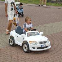 Джентельмен на машине с личной охраной. :: Анатолий. Chesnavik.