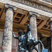 Статуя у входа в Старый музей (Altes Museum) в Берлине :: Вадим *