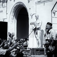 Люди и статуи :: Сергей