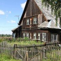 В полузаброшенном поселке... :: Александр Широнин