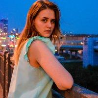 По ночному городу в платье цвета мята :: Света Кондрашова