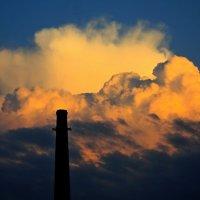 Хорошо что не дым с трубы, а облако на закате! :: Анатолий