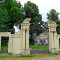 Вход в парк и домик за воротами :: Nina Yudicheva