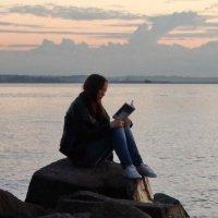 В надежде скоротать время, Ассоль стала читать :: Владимир Гилясев