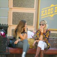 две Казанские девицы на скамейке у кафе :: golfstrim