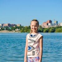Стоит, а позади город Новосибирск :: Света Кондрашова