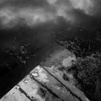 Река и старые плиты :: Николай Филоненко