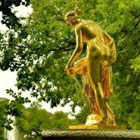 Золотая дева в летнем парке :: Olcen - Ольга Лён