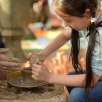 Девочка делает кувшин :: Ануш Хоцанян