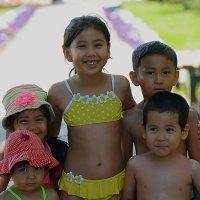 Детишки собрались на пляж :: Асылбек Айманов