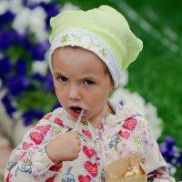Девочка с мороженым :: Асылбек Айманов