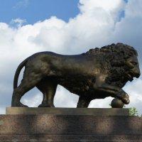 Главная достопримечательность парка Романовка - памятник, установленный на могиле Бистрома :: Елена Павлова (Смолова)