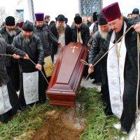 Похороны священника отца Варсанофия в селе Цикул :: Валерий Толмачев