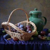 Синие сливы и зеленый кувшин :: Татьяна Карачкова