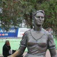 Памятник Нонне Мордюковой в Ейске... :: Владимир Павлов