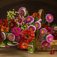Натюрморт с цветами и кизилом :: Светлана Л.