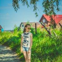 На деревенских тропинках стоит девочка Таня :: Света Кондрашова