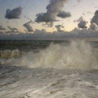 Не спокойно синее море... :: Vladimir Semenchukov