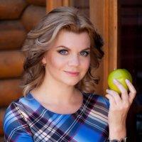 Девушка с яблоком :: Вероника Саркисян