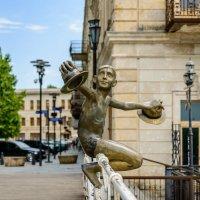 Кутаиси. Статуя мальчика на Белом мосту через реку Риони. :: Сергей Михайлов